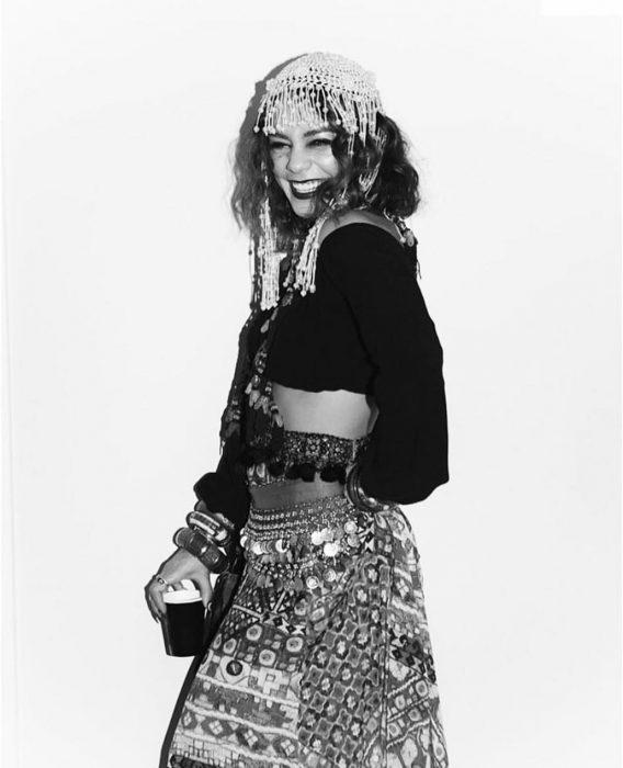 chica con outfit de gitana