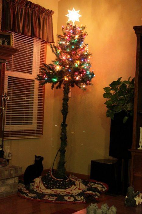 arbol de navidad con tronco abajo