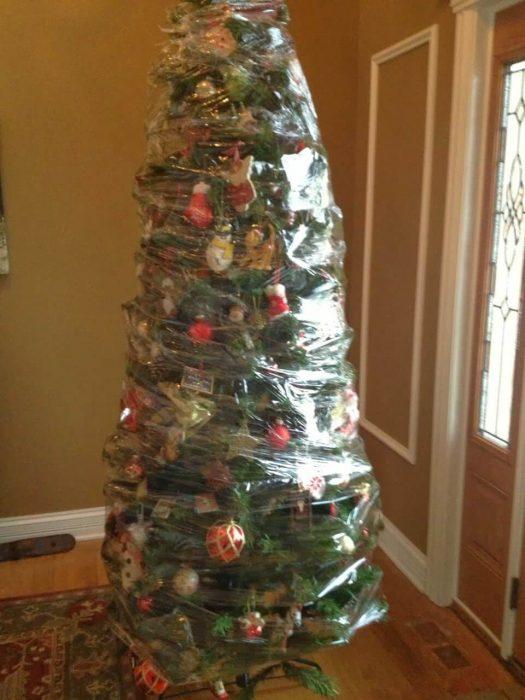 arbol de navidad envuelta de plastico