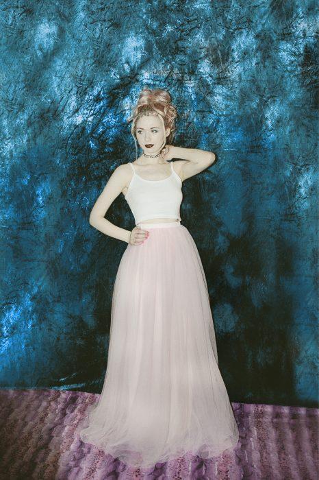 mujer con vestido rosa de crop top y tull