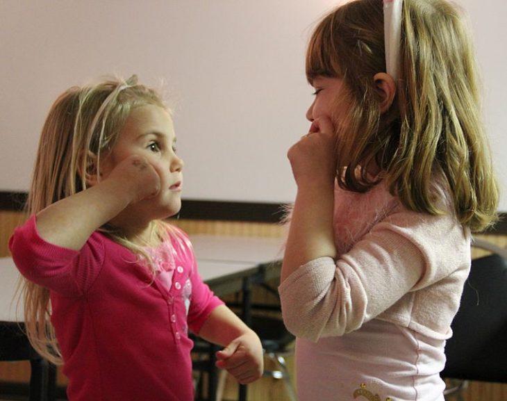 niñas hablando con señas