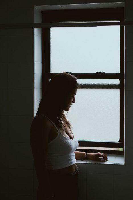 chica mirando la ventana