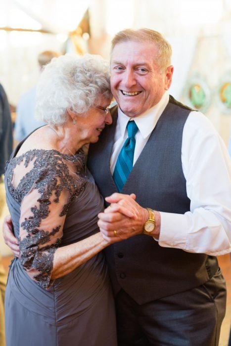 abuelos bailando