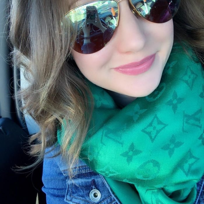 chica con bufanda verde