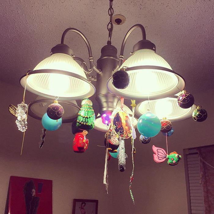 luces de techo decoradas con esferas