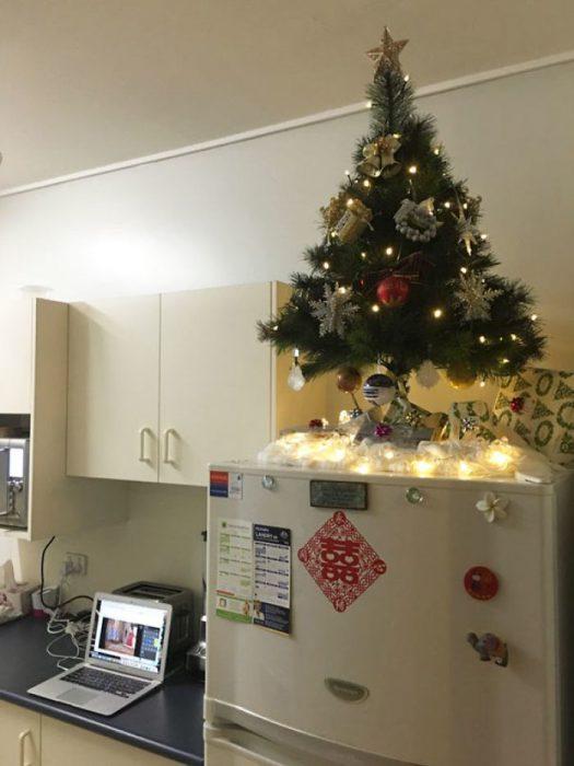 arbol de navidad arriba de refrigerador