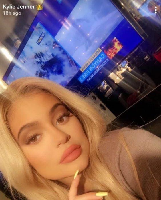 mujer rubia selfie ny televisión
