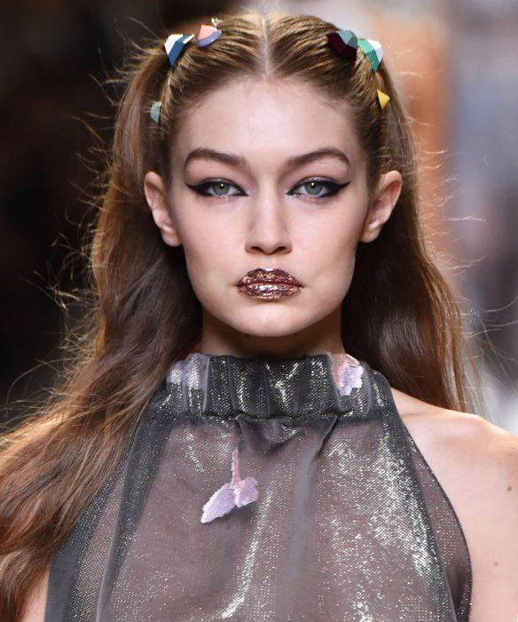 Gigi Hadid con labios de glitter