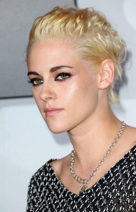 Kristen Stwart usando un maquillaje con delineado en negro y rosa