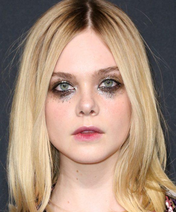 Elle faning usando un maquillaje con glitter