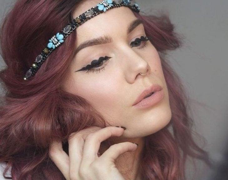 Chica usando un maquillaje de burbuja
