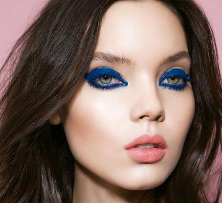 Chica usando un maquillaje en tonos azules