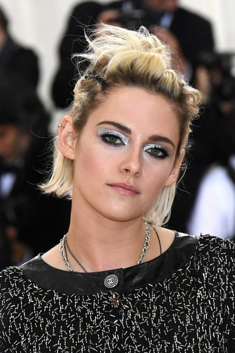 Kristen Stwart usando un maquillaje con sombras plateadas