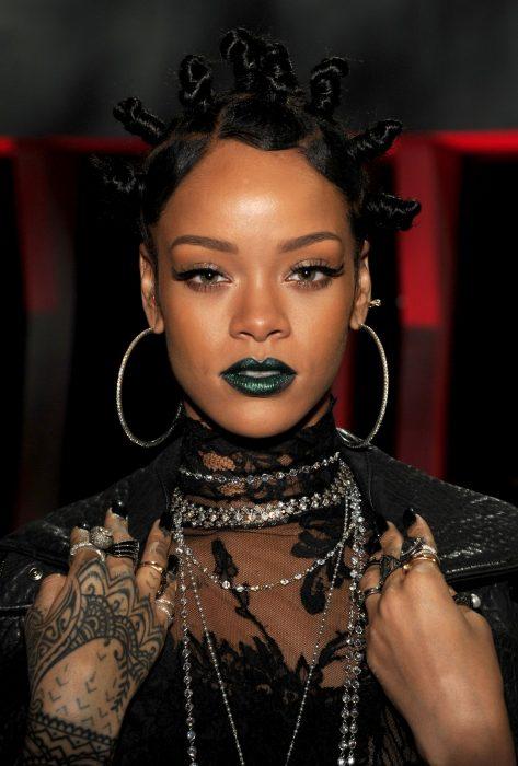Rihanna con labios verdes y bus en la cabeza