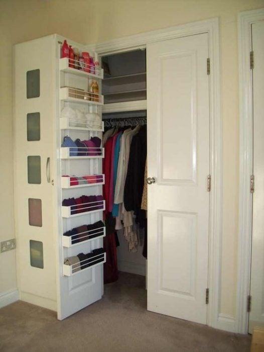 Closet con estantes en la parte trasera de las puertas