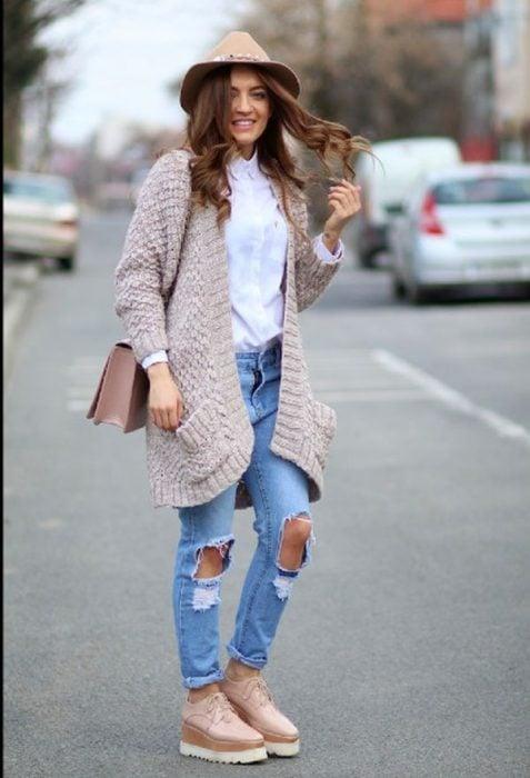 Chica usando unos Zapatos de plataforma en invierno