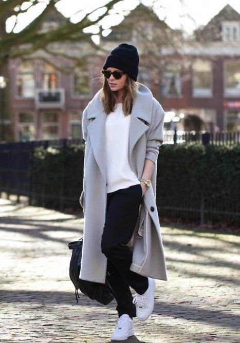 Chica usando unos tenis blancos en invierno