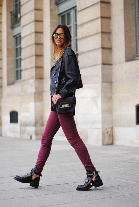 Chica usando unas botas cut-out
