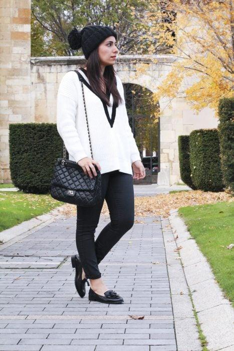 Chica usando unos mocasines en invierno