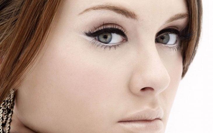 delineador blanco en el interior del ojo