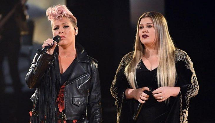 pink y kelly clarkson cantan en los amas