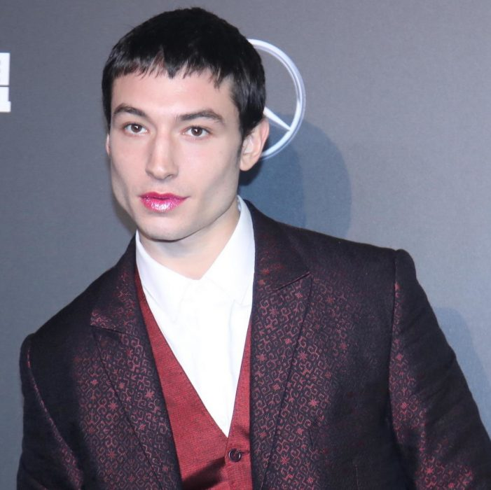 Ezra Miller lipstick estreno de justice league en pekin