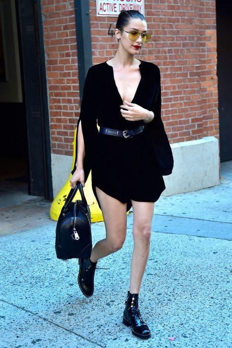 vestido negro con botas de combate