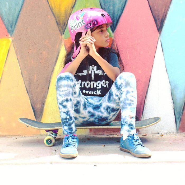 niña sentada sobre patineta