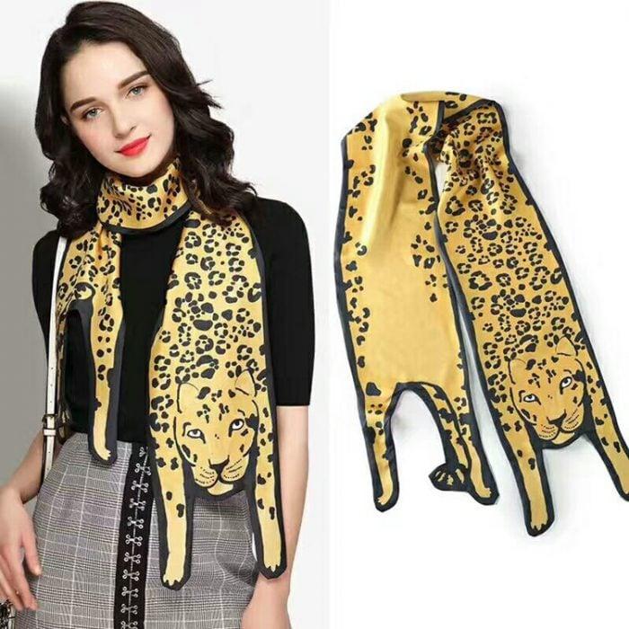 chica con bufanda de leopardo