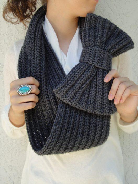 chica con bufanda de moño