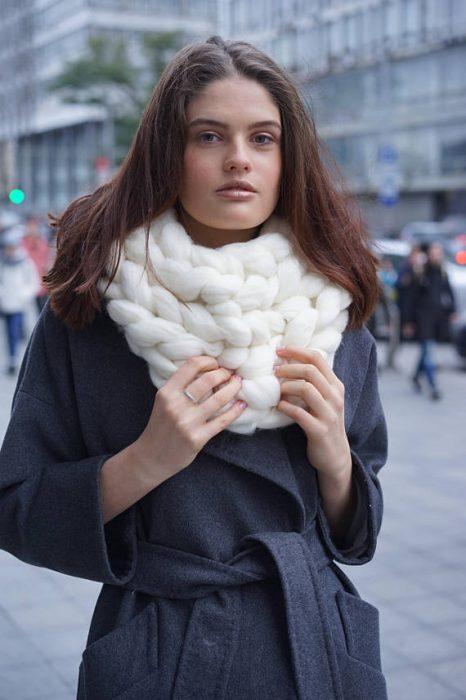 chica con bufanda de trapillo