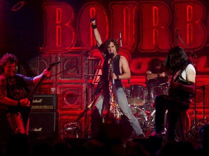 hombre cantando con banda de rock