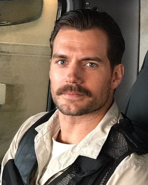 hombre rubio con bigote