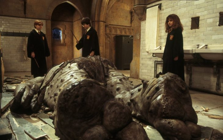harry, ron y hermione se salvan del troll