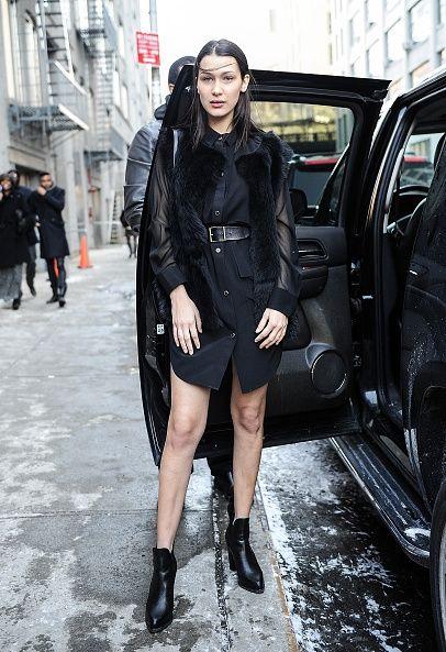 vestido camisa negro con bomber jacket y botas