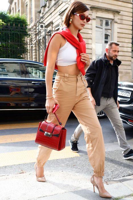 pantalon cargo caqui, croptop y cardigan