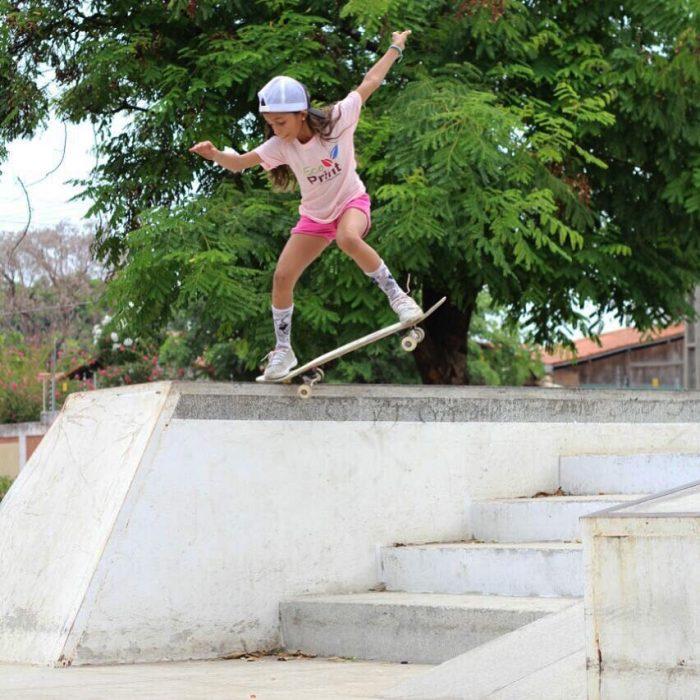 niña saltando en patineta