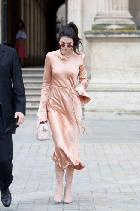 kendall jenner vestido de seda rosa