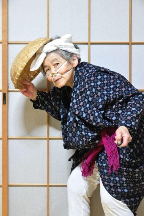 Abuela que se toma divertidas selfies en japón