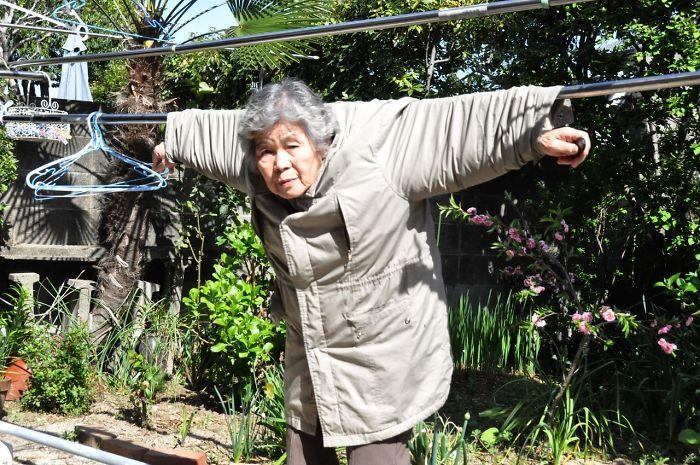 Abuela que se toma divertidas fotografías