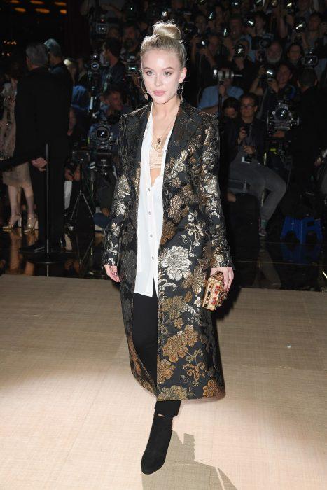 Chica durante la semana de la moda en Milán