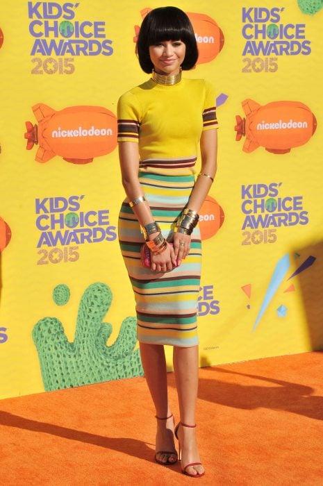 Zendaya usando una peluca en los kids choice awards