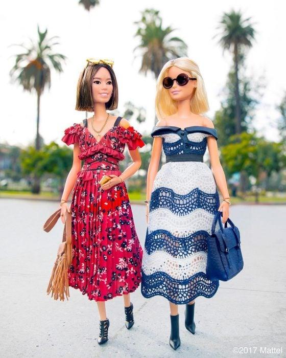 Barbie caminando junto a Aimee Song blogger y diseñadora de moda
