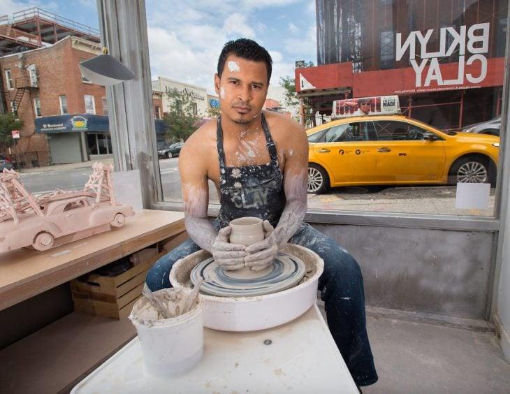 chico haciendo figuras con ceramica