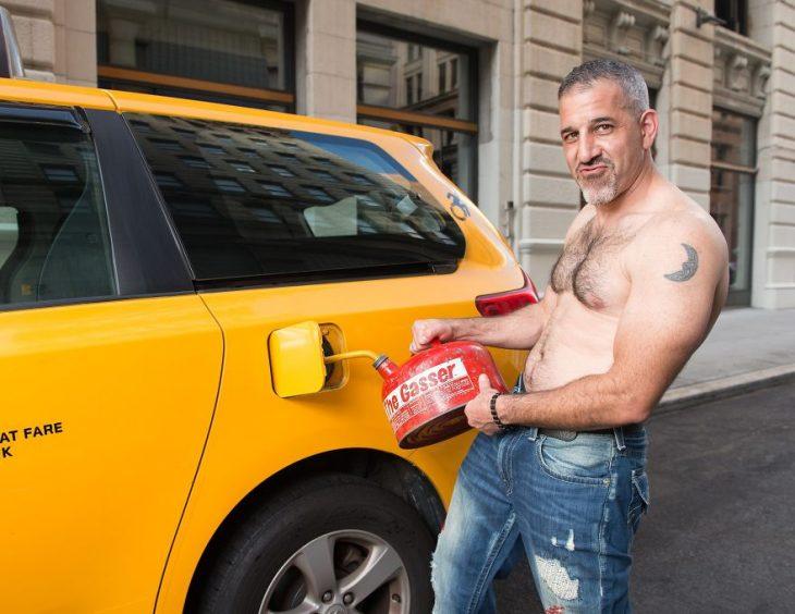 chico llenando el tanque de su auto de gasolina