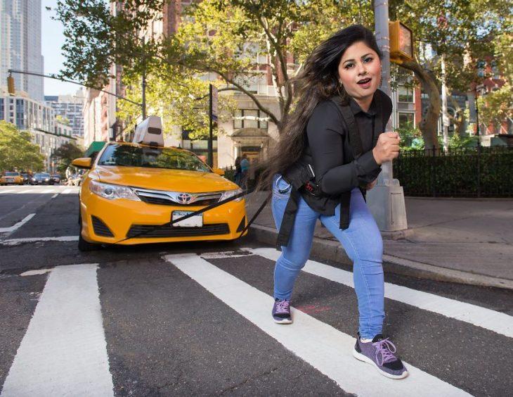 chica arrastrando un auto