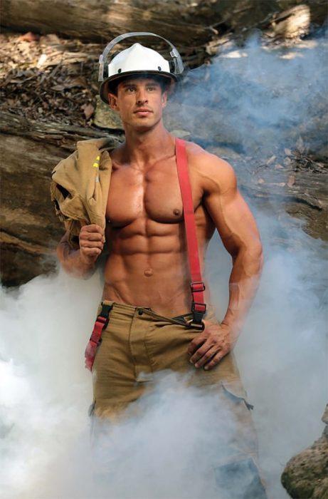 hombre vestido de bombero