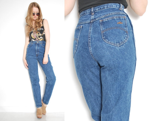 chica usando pantalones vintage