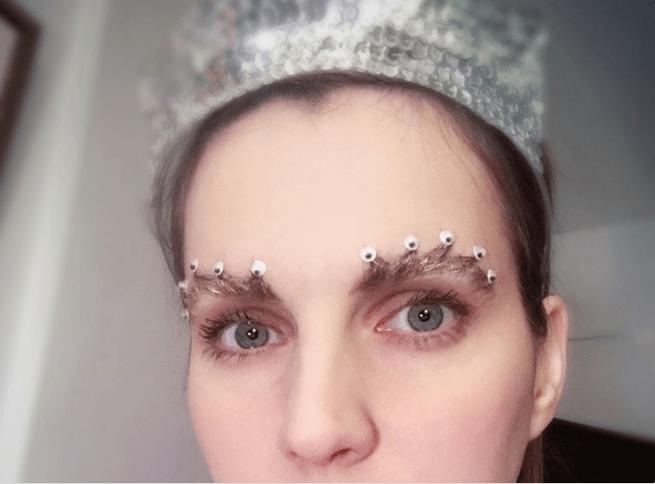 Chica con las cejas en forma de corona