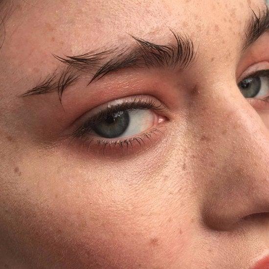 Chica usando las cejas como alambre de puas
